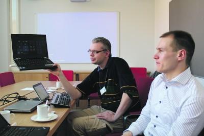 Mikrotukihenkilö Jouni Paarala (vas.) ja teknologia-asiantuntija Timo Hänninen näyttivät Koulutuskeskus Valossa, miten Windows To Go -muistikku toimii.