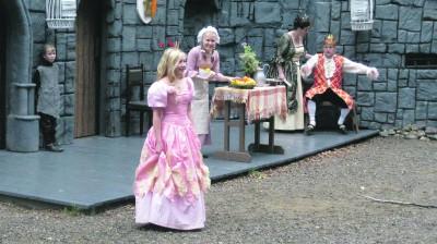 Rämsöön kesäteatterin Prinsessa Ruusunen on ihastuttavaa koko perheen teatteria. Nimiosassa nähdään Iida Ollinpoika (keskellä).