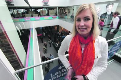 Lielahtikeskuksen kauppakeskusjohtaja Hanna Saario oli uuden ostospaikan avajaispäivänä yhtä hymyä. – Länsi-Tampereelta on puuttunut juuri tällainen kohtaamis- ja hengailupaikka.