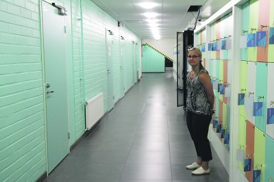 – Palloiluhallin viereen tuli lisää pukuhuoneita, ja niitä vastapäätä on nyt paljon tallelokeroja, kertoo liikuntakoordinaattori Sini Kukkonen.