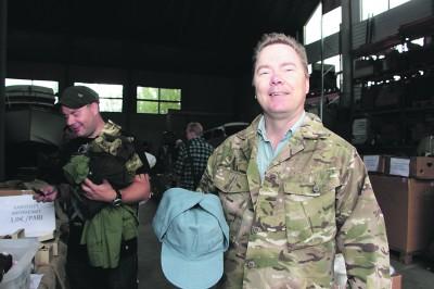 Ylöjärveläistä Petri Kokkosta armeijatuotteissa viehättää niiden kestävyys. Hänen päällään oleva brittiarmeijan takki ei todellakaan päädy mihinkään vitriiniin. – Tämähän on näppärä vetäistä päälle, kun kotoa lähtee ulos luontoon! mies tuumaa.