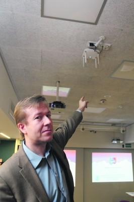 Ylöjärveläistutkija Mikko Ahosen mukaan koululuokkien kattoihin asennettavat wlantukiasemat ovat lähes pahimpia langattoman säteilyn aiheuttajia. Tukiasema lähettää taukoamatta pulssimaista mikroaaltosäteilyä.