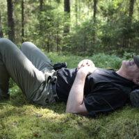 Välillä pysähdytään ja hiljennytään metsän keskelle. Jarmo Lepola oikaisee hetkeksi mättäälle. – Suomalaiset pakenevat kylmää kesää äkkilähdöillä ulkomaille, mutta kyllä sitä Suomessakin on kaikkea tällaista tekemistä. Eikä tähän hellettä tarvita! Lepola toteaa.