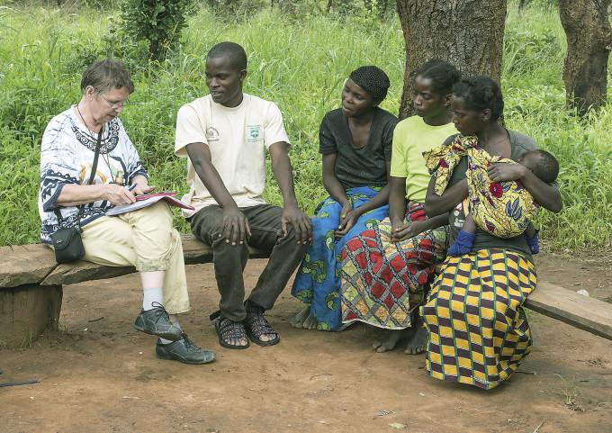 Marja Härkönen teki haastattelut tulkin (tässä Brian Mutale Mwale, keskellä) avustuksella. Parhaita sieniasiantuntijoita olivat kylien naiset, jotka olivat asuneet samassa kylässä koko elämänsä. Kuva: Heikki Kotiranta)