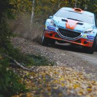 Onnettomuuksiltakaan ei vältytty. Moninkertainen Suomen mestari Juha Salo onnistui pitämään Peugeotinsa turvallisesti ojien välissä. (Kuva: Taneli Niinimäki)