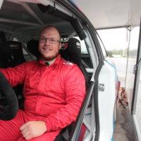 Pirkkalalainen Jari Kihlman joutui odottelemaan rallin alkua epävarmoissa tunnelmissa. Mies oli ajanut F-ryhmän Bemarinsa ulos tieltä testi-EK:lla Hopeatiellä.
