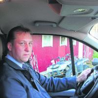 Taksiautoilija luottaa palveluun ja auttamiseen