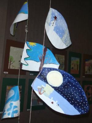 Seitsemisen luontokeskuksessa piirtyy aimo joukko lasten luontotulkintoja. Piirrokset, miniveistokset ja luonnon materiaalit tarjoavat silmille aktiviteettia. (Kuvat: Leena Hiltunen)