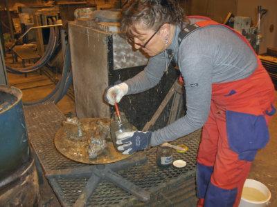 Pronssiveistoksen teossa on vaiheita kerrakseen. Muotin teon, pronssivalun, veistoksen muotista irrottamisen ja pinnan korjailun jälkeen lopuksi on vuorossa pinnan patinointi. Se käy kemiallisin ainein, jotka sitten poltetaan. (Kuva: Arja Krossbeckin kotialbumi)