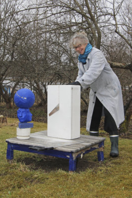 Siivikkalalainen taiteen tekijä Eila Pilvenpalo sahaa installaatioonsa tuleville töilleen jalustoja. Sininen veistos on tulossa taidehistoriaa käsittelevään Pääkäytävä-installaatioon uudistetuksi osaseksi.