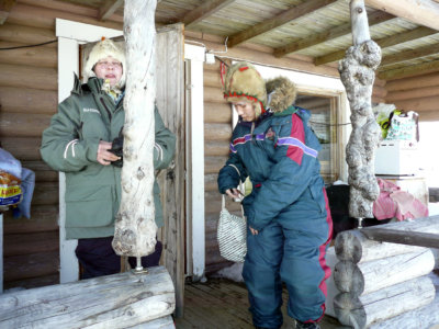 Lapissa Enontekiössä Srisukh (oik.) pääsi tutustumaan myös poromiehen mökkiin. Kuvassa tytöllä on seuranaan isäntäperheen Tellervo Leppänen. (Kuva: Seppo Leppänen)