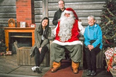 Seppo ja Tellervo Leppänen tarjosivat Jarnunyar Srisukhille eittämättä ikimuistoisen kokemuksen, kun veivät tämän Joulutaloon Rovaniemelle. (Kuva: Leppästen kotialbumi)