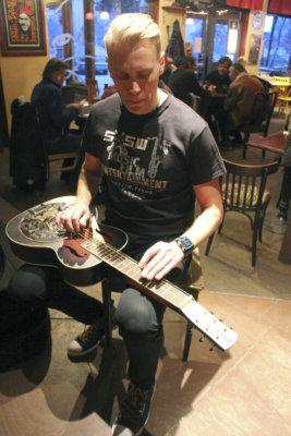 Ylöjärveltä kotoisin oleva Ville Houttu on monenlaisten kitaroiden taitaja. Erittäin vaativan pedal steelin lisäksi häneltä luonnistuu esimerkiksi dobron soitto.