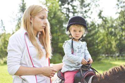 Kaksivuotias asuntilalaistyttö Mai Reivinen oli ensimmäistä kertaa perhekerhossa. Roosa-ponia talutti Annastiina Vanhatalon tytär Matilda Schulz.