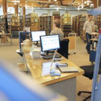 """Maanantaista lähtien kirjastoista pääsee lainaamaan jälleen itse – """"Kirjastosaliin pääsee hyllyille, mutta toivomme, että asiakkaat valitsevat ja lainaavat aineiston nopeasti"""""""