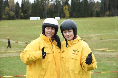 Eveliina Rosenström ja Jaana Lamminen olivat pukeutuneet kisaa varten tiimitakkeihin. Naiset sanoivat, että kokemusta kaksipyöräisistä on saatu nuoruudesta. – Kevarilla tuli ajettua, kaksikko tuumasi.