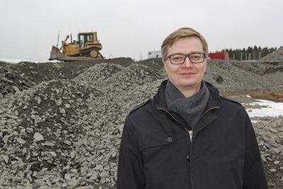 Keväällä Elovainiolla alkoivat pöristä rakennuskoneet. Ohikulkijoita ihmetyttänyt työmaa paljastui pian uuden liikekeskuksen rakennusprojektiksi. Ensi huhtikuussa avautuvaa 6 000 neliömetrin ostoskeidasta rakennetaan yhä. (Kuva: Matti Pulkkinen)