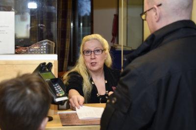 Kaikki loppuu aikanaan – myös Ylöjärvellä. Kuntalaisia jo 30 vuotta palvellut poliisiasema laittoi marraskuussa ovensa kiinni ja sulautui hallinnollisesti Nokian poliisilaitokseen. Säästösyistä tehty muutos veti pitkään Ylöjärvellä työskennelleen Anne-Marja Sillmanin mielen haikeaksi. (Kuva: Petri Karvinen)