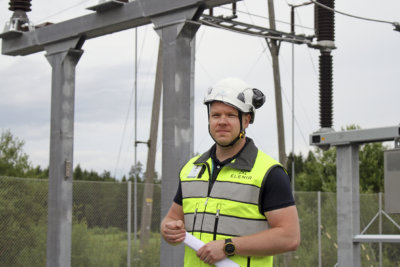 Viljakkala tarvitsee virtaa, tuumattiin Elenia Oy:ssä. Sähköverkkoyhtiö investoi Vilpeen sähköaseman uudistamiseen noin miljoona euroa. Välillisesti tuhansien ylöjärveläisten arkeen vaikuttava satsaus näytti hankekehityspäällikkö Harri Salomäen silmiin hyvältä. (Kuva: Kirsi Teiskonlahti)