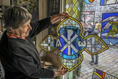 – Kiitokset, ylöjärveläiset! riemuitsi taiteilija Dolores Hoffmann alkusyksystä. Tallinnassa asuva taituri sai täkäläisellä avustuksella vihdoin valmiiksi työn, jonka tekemisen hän aloitti jo 1970-luvulla. Keskiaikaista Pyhän Hengen kirkkoa koristaa nyt 24-osainen lyijylasi-ikkuna. (Kuva: Matti Pulkkinen)