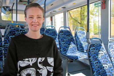 """""""Nysse on tyylikäs!"""" Näin totesi Länsilinjat Oy:n ylöjärveläislähtöinen toimitusjohtaja Terhi Penttilä, kun hän teetätti bussiensa sisustukset uusiksi. Finlayson-kuosiset uudet linja-autot tulivat kesän joukkoliikenneuudistuksessa puutarhakaupungin katukuvaan. (Kuva: Petri Karvinen)"""