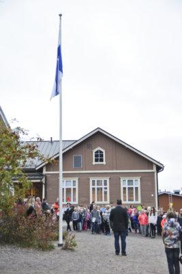 Tältä näyttää Ylöjärven virkein 120-vuotias. Suomen suuriruhtinaskunnan aikaan perustettu Mutalan koulu juhli pyöreitä vuosiaan arvokkaasti uuden lukuvuoden alussa. Syntymäpäivän aluksi nostettiin porukalla lippu salkoon. (Kuva: Vilma Kaura)