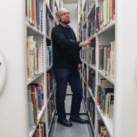 Kirjastokokoelma venyy ja paukkuu