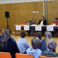 Tiukkoja kysymyksiä Karhen koulun vaalipaneelissa