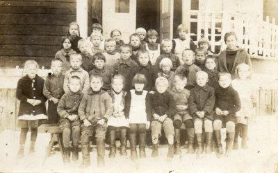 Kuvassa on Sauriossa koulua käyneen luokan luokkakuva vuodelta 1926. Opettajana oli Ester Peltonen. (Kuva: Ylöjärvi-Seuran arkisto)