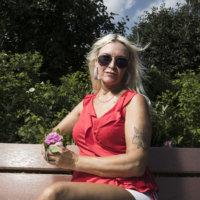 """""""Pitäisi olla jokin mummo"""" – Jaana Sarkola vastustelee vanhenemiselle asetettuja normeja"""