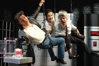 Tommi Raitolehto (vas.), Petra Ahola ja Verneri Lilja täydessä vauhdissa komediassa Tämä on ryöstö! Tampereen Työväen Teatterin kantaesityksessä on vauhtia ja väriä.