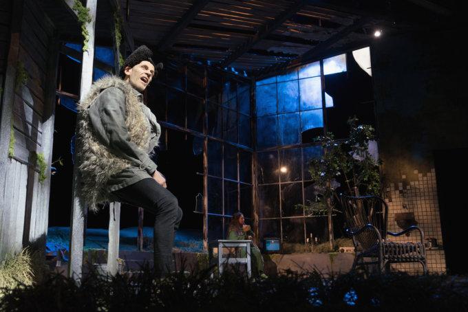 Auvo Vihro lunastaa jälleen mestarinäyttelijän manttelin Tampereen Työväen Teatterin Pässi-näytelmässä. Tuire Salenius tekee erittäin koskettavan roolityön Hellä Puskana.