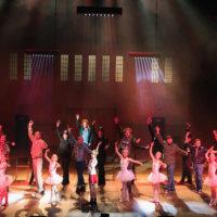 Huolellisesti valmisteltu Billy Elliot -musikaali kertoo silmät avaavasti pojan kasvutarinan