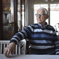 """Ilmari, 96, on sisustanut kotinsa itse veistämillään tyylihuonekaluilla: """"Enää sormeni eivät moiseen taipuisi"""""""