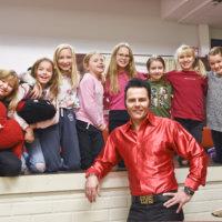Vahantalaiskoululaiset esiintyvät Tampere-talossa yhdessä Elvis-tulkki Aronin kanssa – Artisti halusi kuoron vanhasta koulustaan