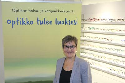 Ylöjärven näkökeskus, optikko, Tiina Haukipää (kuva: Iiria Lehtinen)