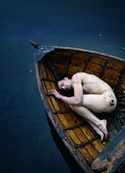 Juha-esitys ansaitsi paremmat kuvat kuin tällä erää on tarjolla. Tässä veneessä kyyhöttää sikiöasennossa Juhan roolin mestarimaisesti tekevä Antti Lahti. (Kuva: Tampereen Teatteri)