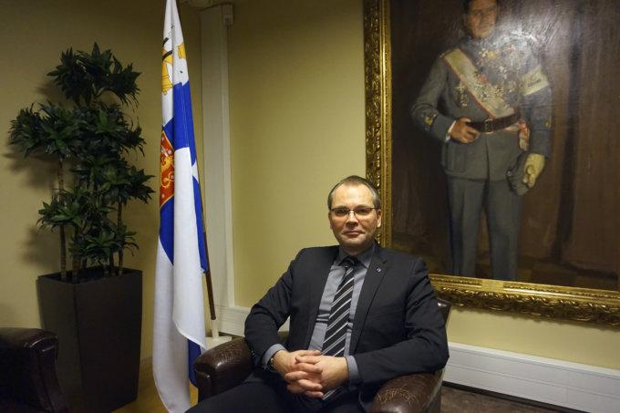 Puolustusministeri Jussi Niinistö sanoo, että 2020-luvulla maahamme rakennettaneen kokonaan uusi varuskunta tai jotakin olemassa olevaa varuskuntaa laajennetaan merkittävästi. Hänen mukaansa ilma- ja merivoimat ovat hyvässä iskukunnossa, mutta maavoimat tarvitsevat vahvistamista. (Kuva: Matti Pulkkinen)