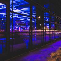 Marko Vierimaan Tietoverkko näkyy Leija-kirjaston valtavissa lasi-ikunoissa. Teoksessa yhdistyvät siniset valot ja vierailijan ja ohi kiitävän liikenteen jättämä kuvio.