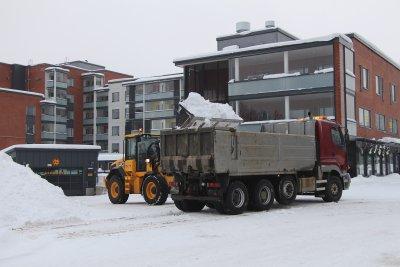 auraus, lumen siirto, lumi, lumikasa, hiekoitus, kuva: Iiria Lehtinen