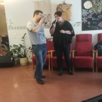 Piristystä vanhuksille: Karaokelaulajat kiertävät nyt hoivakoteja, joissa lauletaan toivebiisejä ja tanssitaankin, jos siltä tuntuu