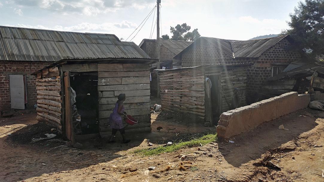 Entebbe-slummi tarjoaa suojan ihmisille. Tärkeintä ruoan lisäksi on suoja, jonka ihmiset saavat seinistä, katoista ja ovista. (Kuva: Kimmo Reinikainen)