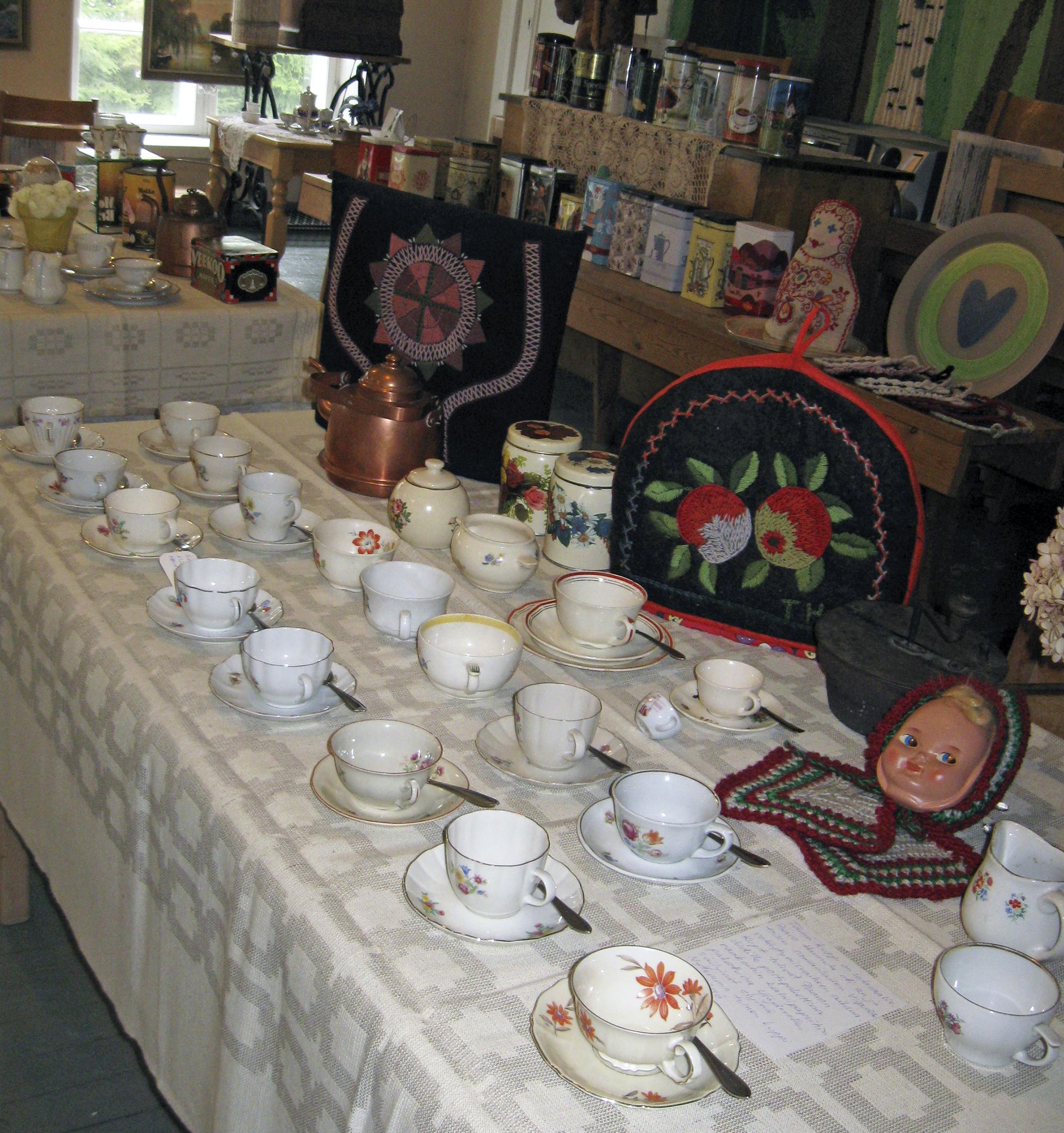 Näyttelyn kahvikuppeja -purkkeja ja pannumyssyjä