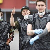 Mopomiittiä varjosti heti alkuun sade. Osa osallistujista askarteli itselleen sadeasut.