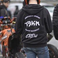 Tapahtumaan osallistui myös TSKM:n (Tampereen Seudun Kauniit Motoristit) jäseniä. TSKM:n järjestämät mopomiitit ovat keränneet tavallisesti satoja osallistujia Pirkanmaalla.