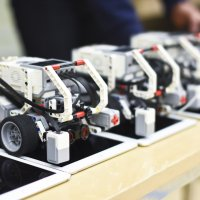 Vitosluokkalaiset taistelivat koulujen välisissä robotiikkakisoissa – Oppilaiden joukosta löytyy oikeita koodausvelhoja