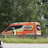 Moottoripyöräilijä suistui tieltä mutkassa: tien pinnalla ollut irtohiekka syynä loukkaantumiselle