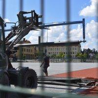 Yhtenäiskoulun pesiskenttä sai upouuden punaisen tekonurmen – kenttä on pelivalmis ensi viikolla