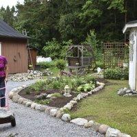 Maritta Moisio on hyödyntänyt uudessa kukkapenkissään piharemontin yhteydessä tulleita kiviä.