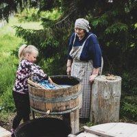 Seitsemisen Koverossa päästiin perinnetöiden makuun – lapset oppivat pyykkäämään ja huovuttamaan